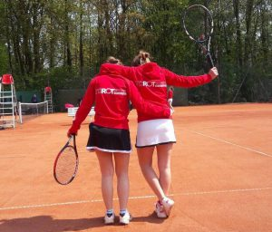 Svenja Schürings und Giulia Wiegard in ihren neuen Rot-Weiß Jacken